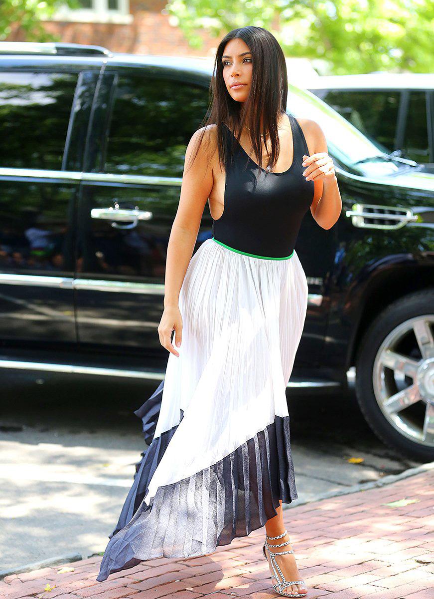 holding-celeb-style-kim-kardashian_180359174056
