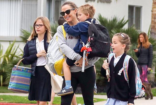 Jennifer Garner Sharing What's in Her Bag Just Makes Us Love Her More